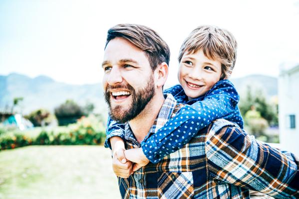 Vater und Sohn/ Corona-Helden des Alltags werden mit Urlaubsrabatt belohnt