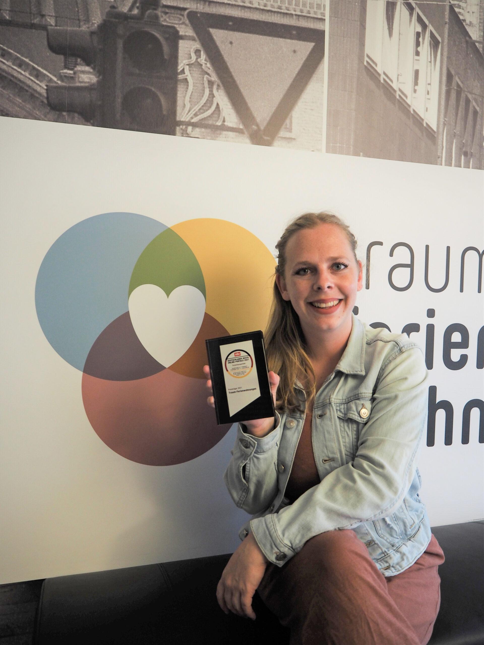 Maike Kaminski nimmt ntv-Award entgegen